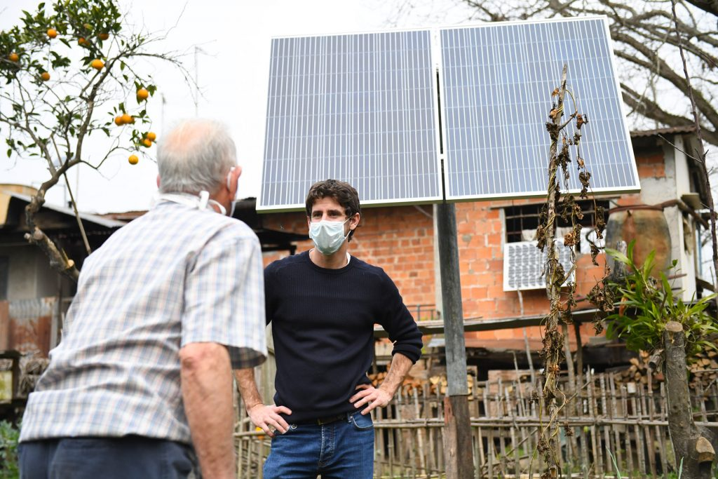 Juan Andreotti visitó familias donde el Municipio instaló paneles solares
