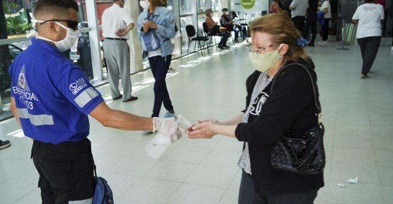 Vicente López continúa asistiendo y desinfectando en zonas bancarias