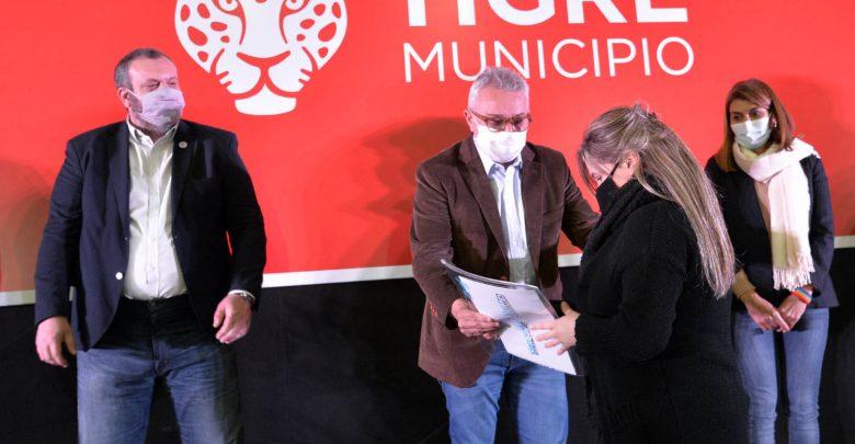 Acto de entrega de escrituras a 165 familias del distrito