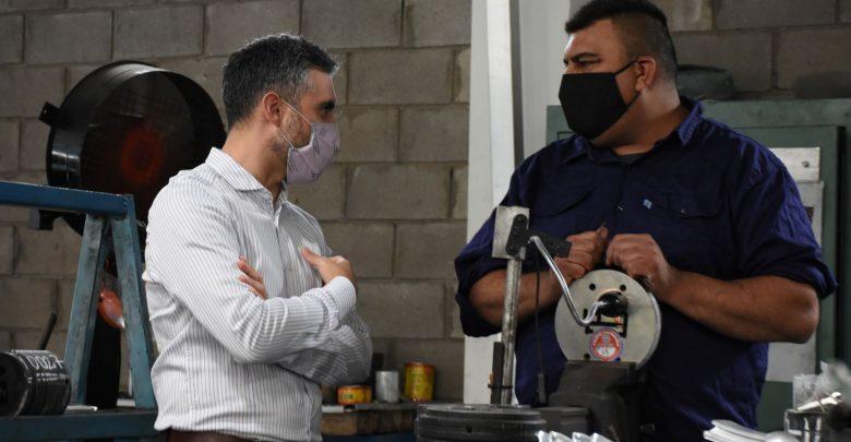 El director ejecutivo de ARBA, Cristian Girard, en una recorrida por una micropyme bonaerense.