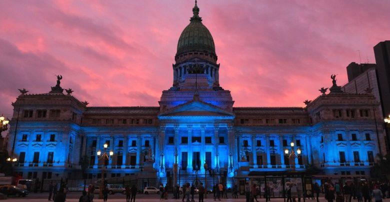Congreso iluminado de azul